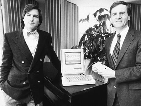 Bei der Präsentation des Macintosh 1984 war die Welt noch in Ordnung zwischen Steve Jobs und seinem CEO John Sculley.