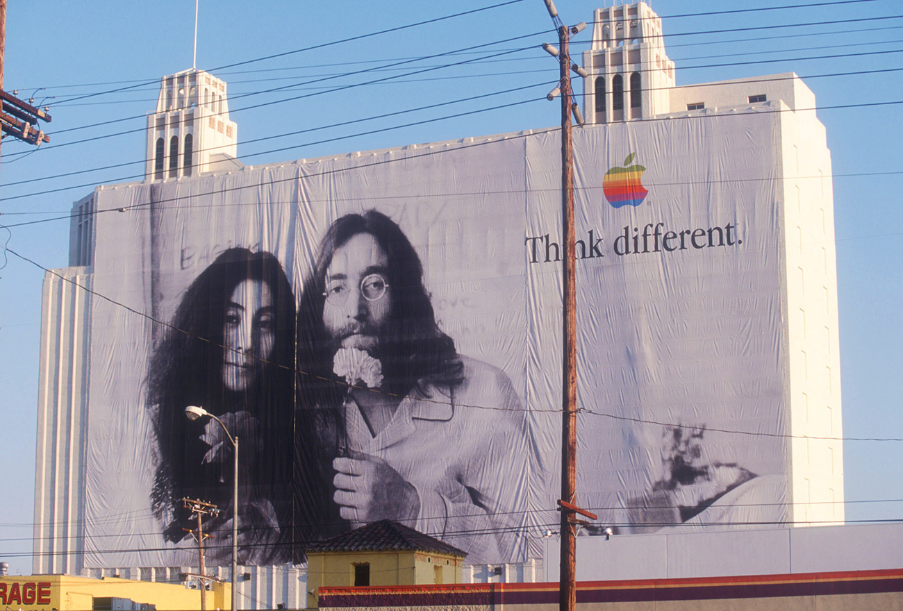 John Lennon und Yoko Ono ganz groß an einem Gebäude in Los Angeles.